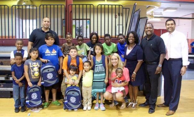 ELIZABETH, NJ   Centenas de crianças receberam artigos escolares